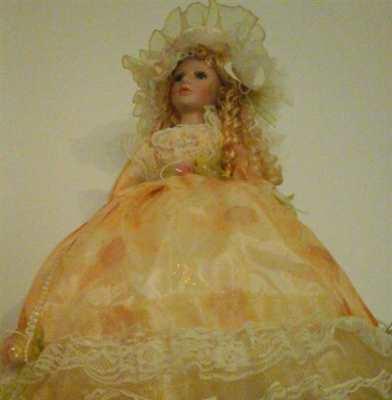 Bellissima bambola completa di ombrello